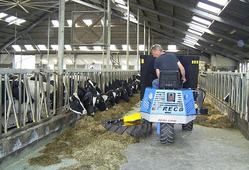 Agricom feedturner blends and pushes up the feed