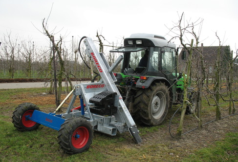 Root pruner with frame to undercut, wheelframe and weightcarrier